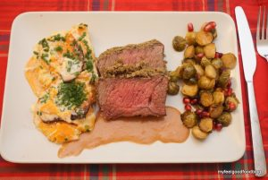 Weihnachtsessen - Roastbeef mit Kräuterkruste, Süßkartoffelgratin, gebackener Rosenkohl mit Granatapfelkernen und Sauce